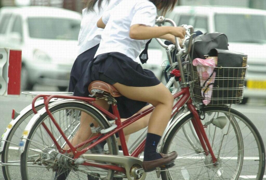 ミニスカで自転車にのる女子高生の画像をくださいwwwwwwwwwww NRM2ruN