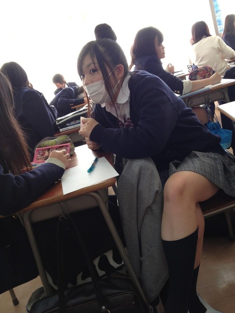 生活感溢れる女子高生のおふざけ画像!!楽しそうで可愛いwwwwwww 0Bmh3vF