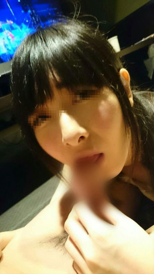 漫画喫茶で彼女にフェラさせてる変態カップルの素人エロ画像 2405