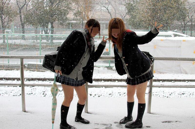 通学途中のロリ小学生がスクール水着の画像