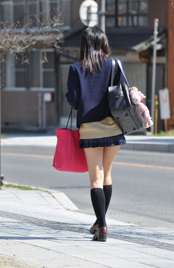 パンツが見えうで見えない!それが良い!ミニスカ制服JKのエロ画像 HThrtBg