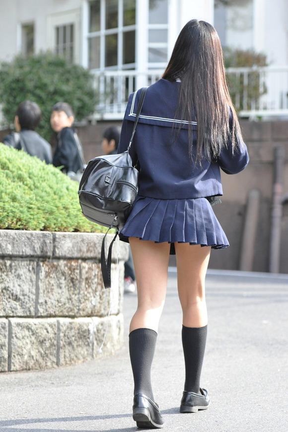 パンツが見えうで見えない!それが良い!ミニスカ制服JKのエロ画像 W6KqSi6