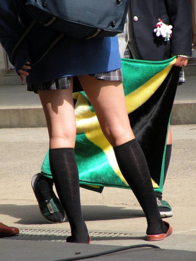 パンツが見えうで見えない!それが良い!ミニスカ制服JKのエロ画像 tbFO3sL