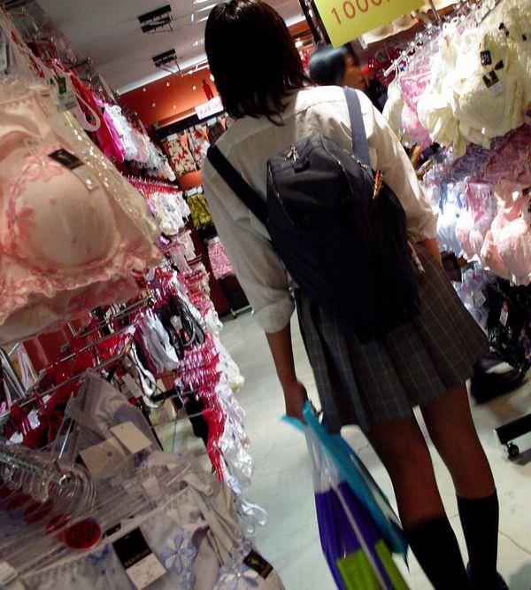 下着売り場でおパンチュ物色するJKエロ画像 EYH6uBP