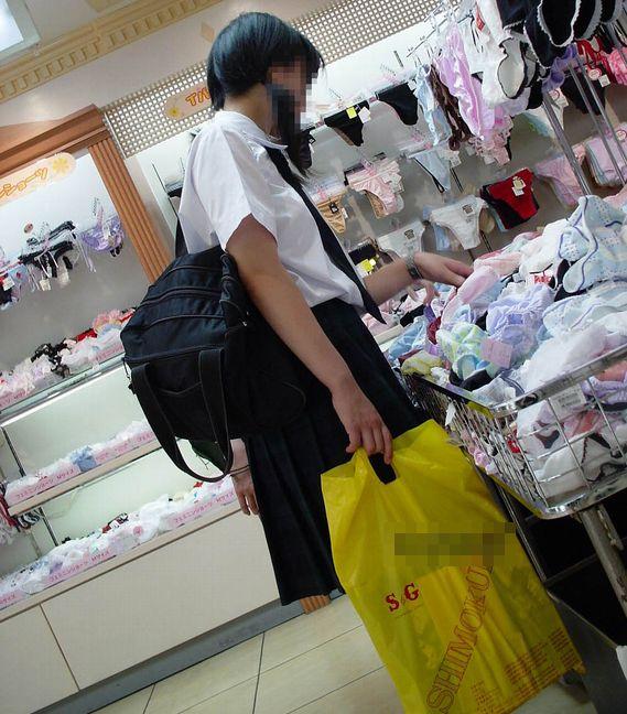 色々と妄想掻き立てられる下着売り場のJK画像 GK54fQC