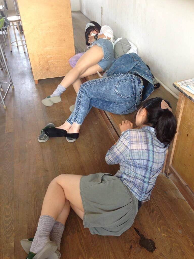 エッチパンツのロリ娘が股間が真正面から拝める隠し撮りエロい画像