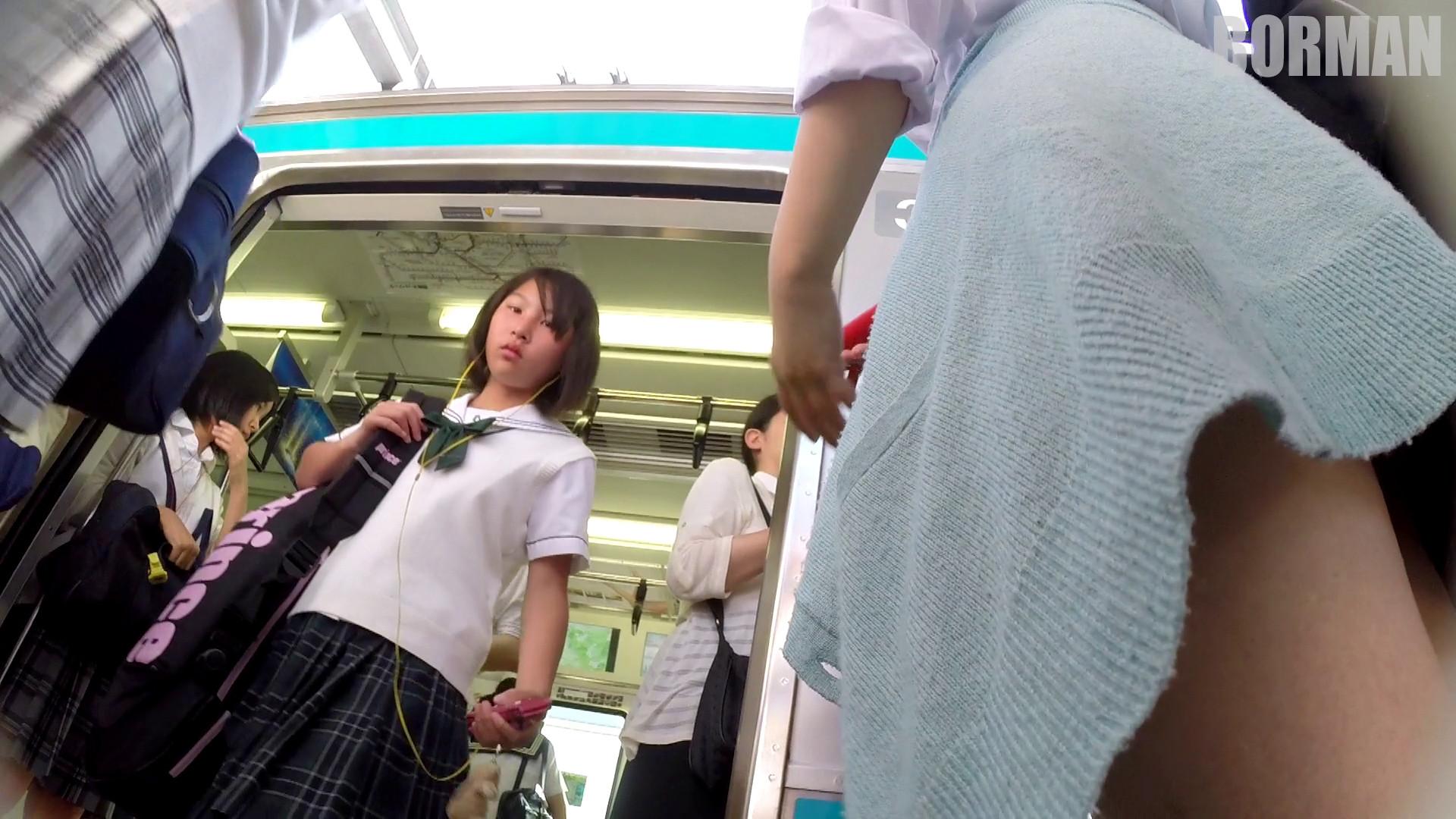 無防備なJKの後ろを付けて電車内で生パンチラじっくり盗撮wwww 0022dcb1