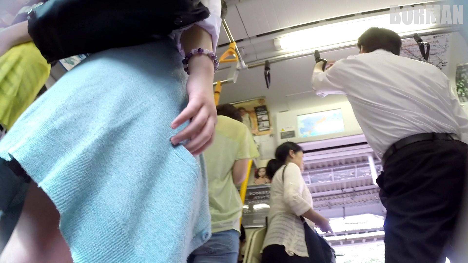 無防備なJKの後ろを付けて電車内で生パンチラじっくり盗撮wwww 38106231
