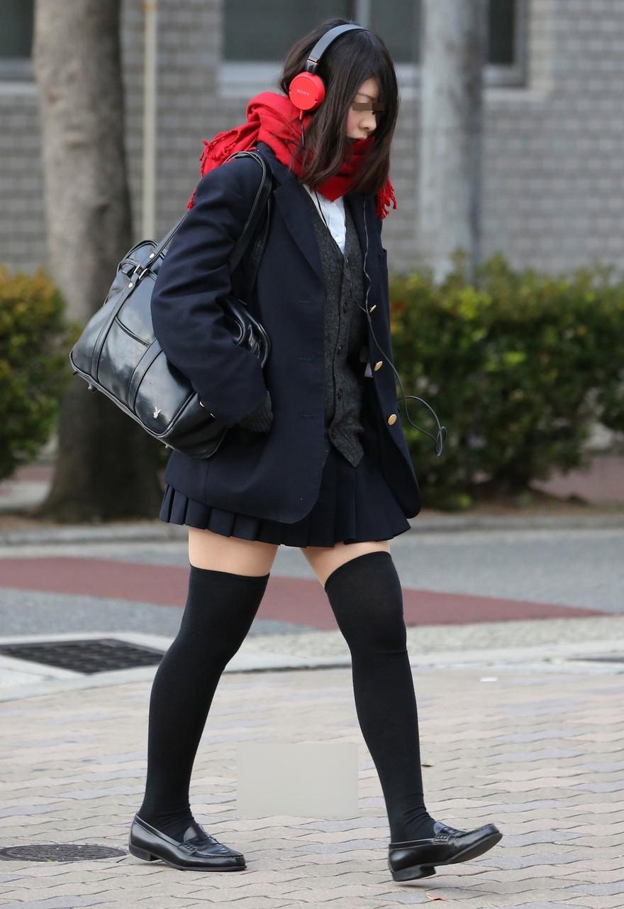 女子高生のニーハイと太もものコントラストがだいすきwwwww 3KuHwtZ