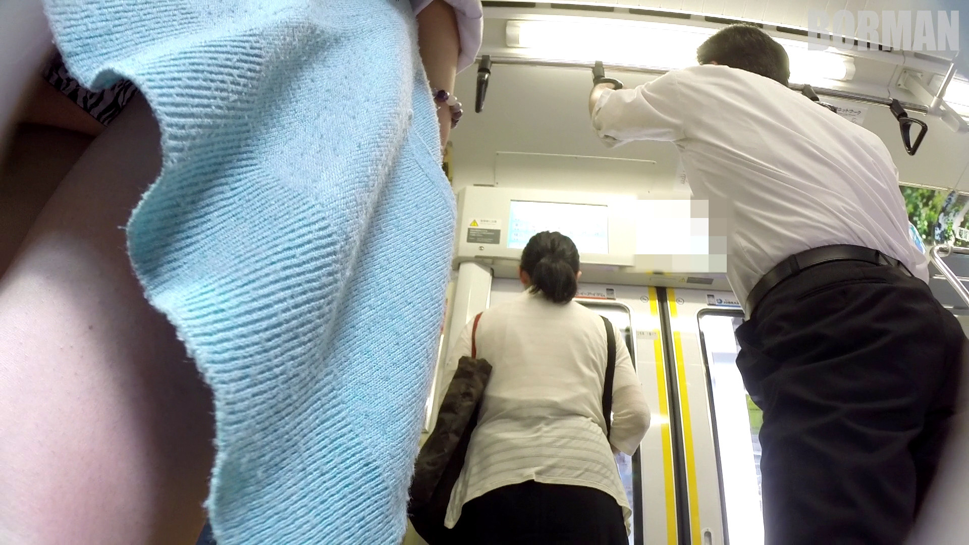 無防備なJKの後ろを付けて電車内で生パンチラじっくり盗撮wwww 95d41df2