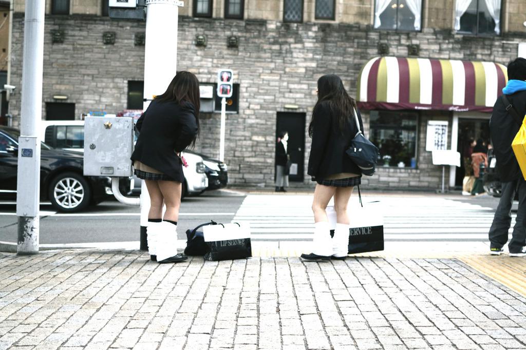 寒さに負けずに生足さらけ出す女子校生の太もも画像 CsWVmTL