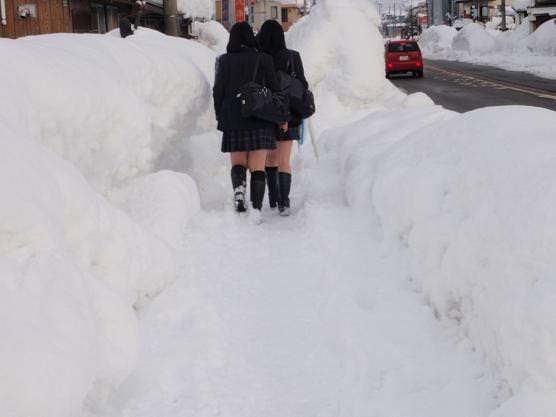 寒さに負けずに生足さらけ出す女子校生の太もも画像 SNNUSGJ