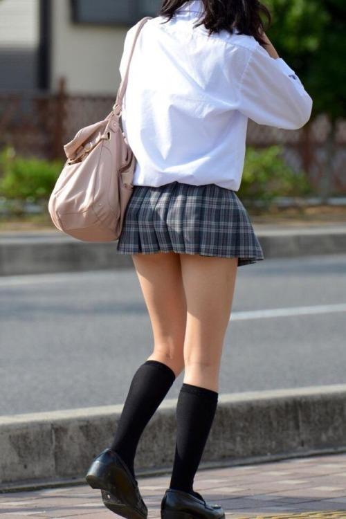 寒さに負けずに生足さらけ出す女子校生の太もも画像 VU2sBQ5