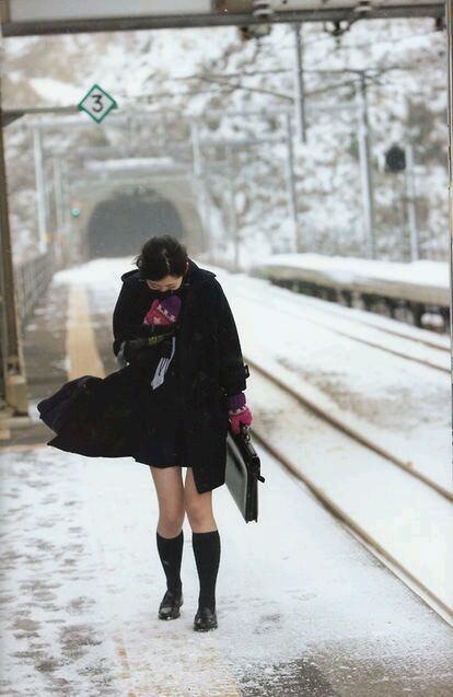 寒さに負けずに生足さらけ出す女子校生の太もも画像 XRTCz9b