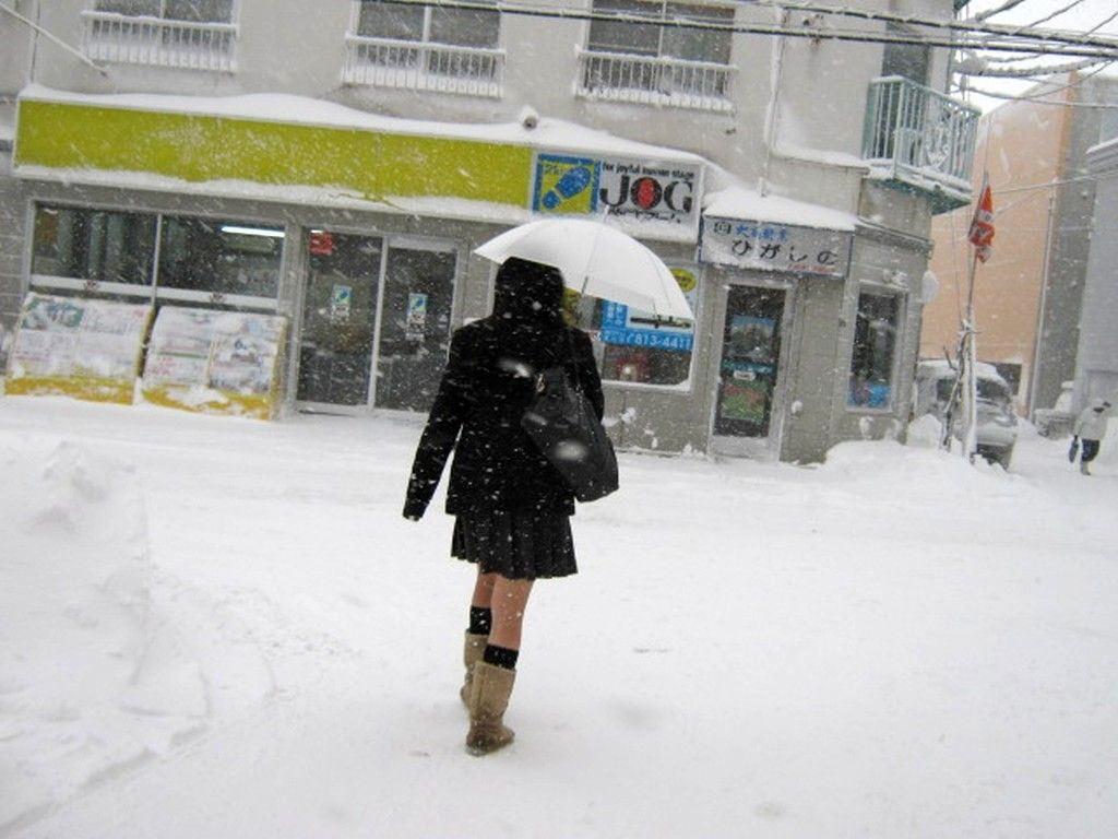 寒さに負けずに生足さらけ出す女子校生の太もも画像 kP3uuWA