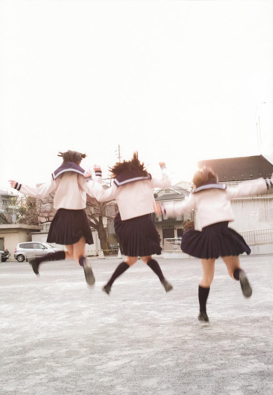寒さに負けずに生足さらけ出す女子校生の太もも画像 rCkzHvl