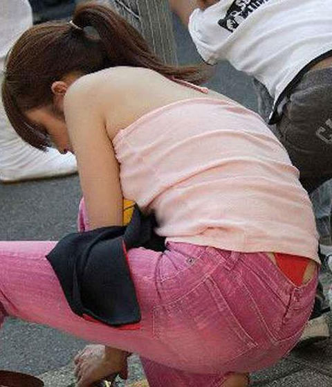 Tバック丸見えの子連れ妻のパンチラを街撮りしちゃいましたw 07160