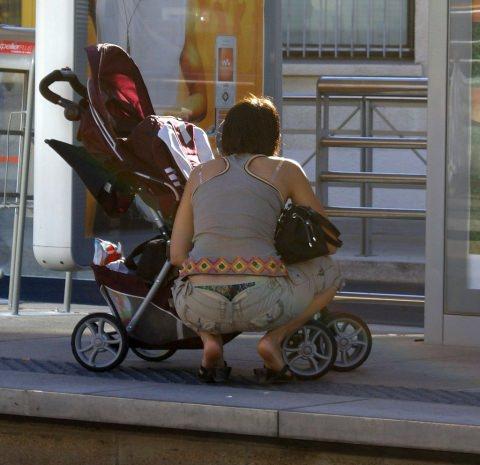 Tバック丸見えの子連れ妻のパンチラを街撮りしちゃいましたw 07170