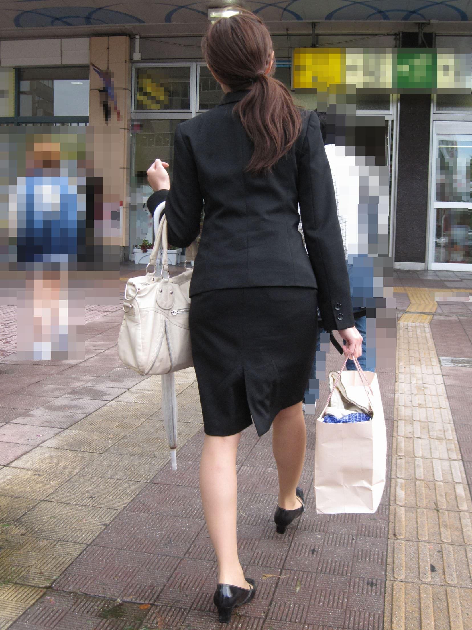 お尻の形が丸わかりなOLさんを尾行して街撮り盗撮www 3052