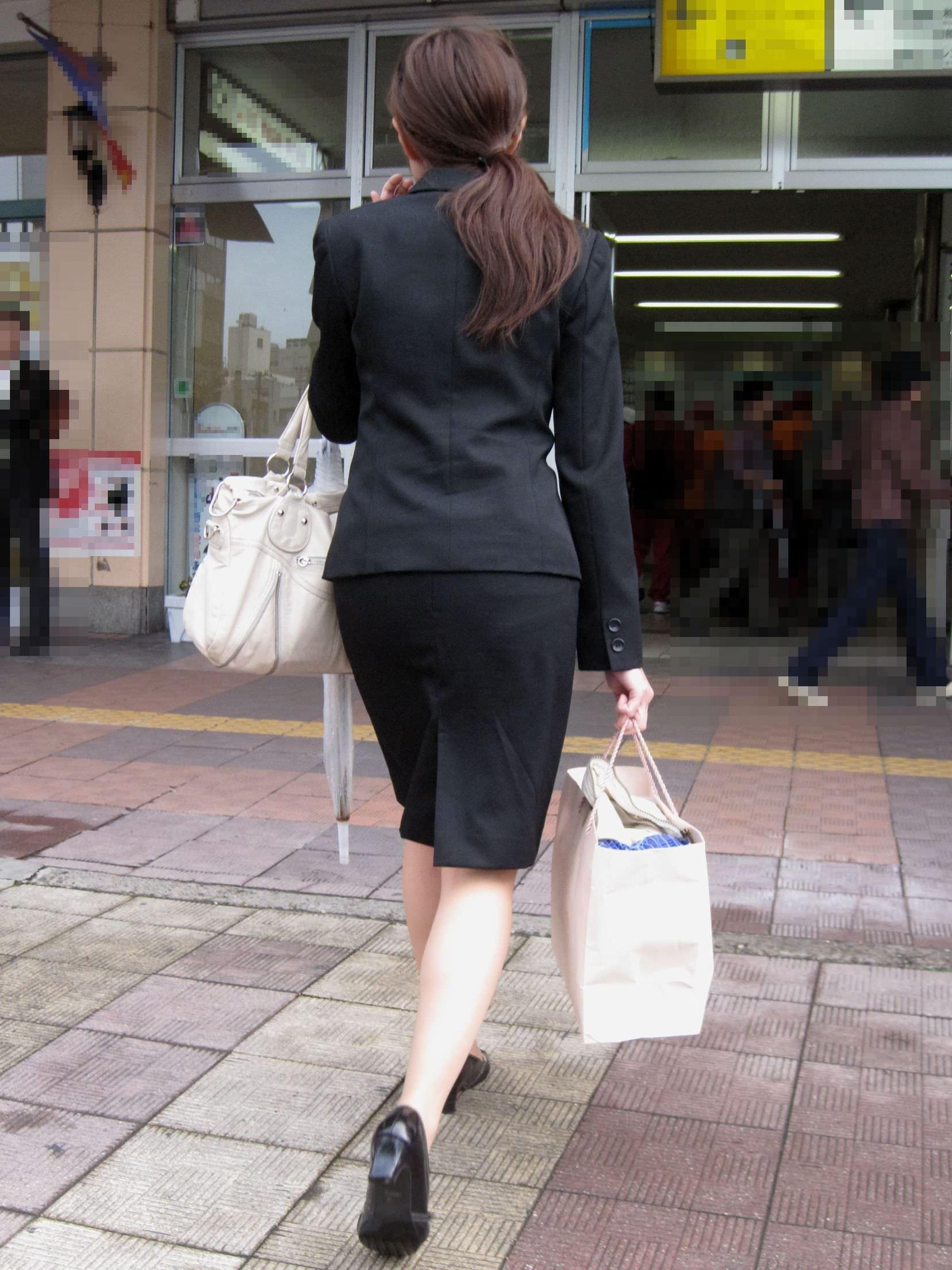 お尻の形が丸わかりなOLさんを尾行して街撮り盗撮www 3053