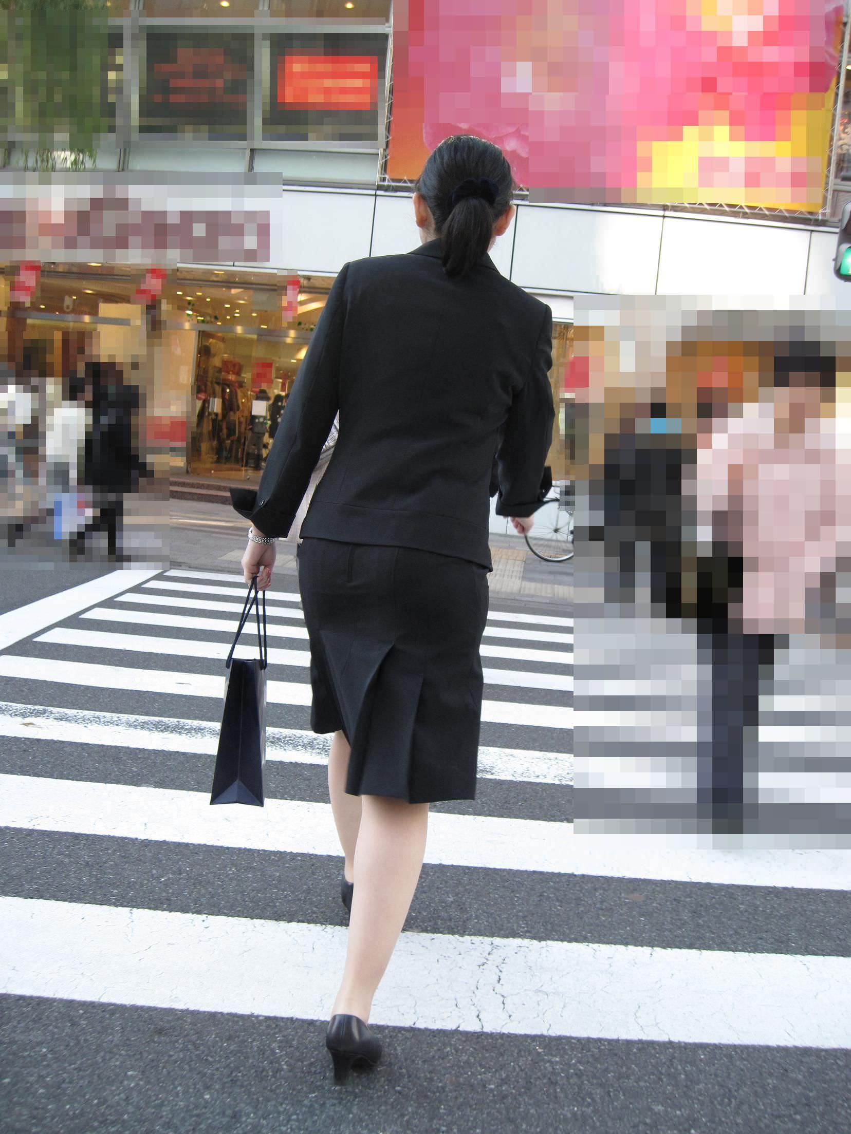 お尻の形が丸わかりなOLさんを尾行して街撮り盗撮www 3055