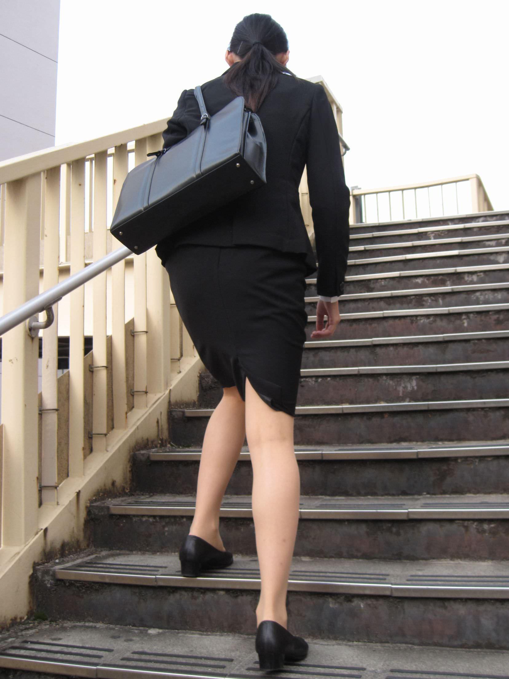 お尻の形が丸わかりなOLさんを尾行して街撮り盗撮www 3056
