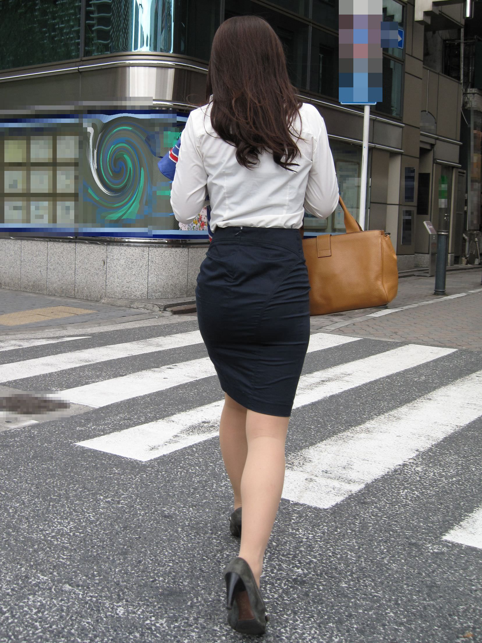 お尻の形が丸わかりなOLさんを尾行して街撮り盗撮www 3058