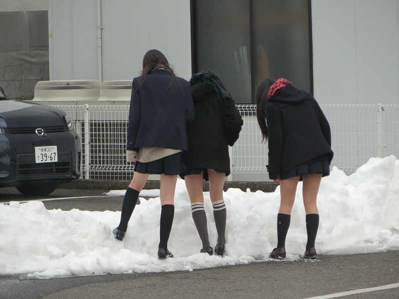 雪が降る寒い日にもミニスカで太もも出して頑張るJK達wwwww 8pQDQNP