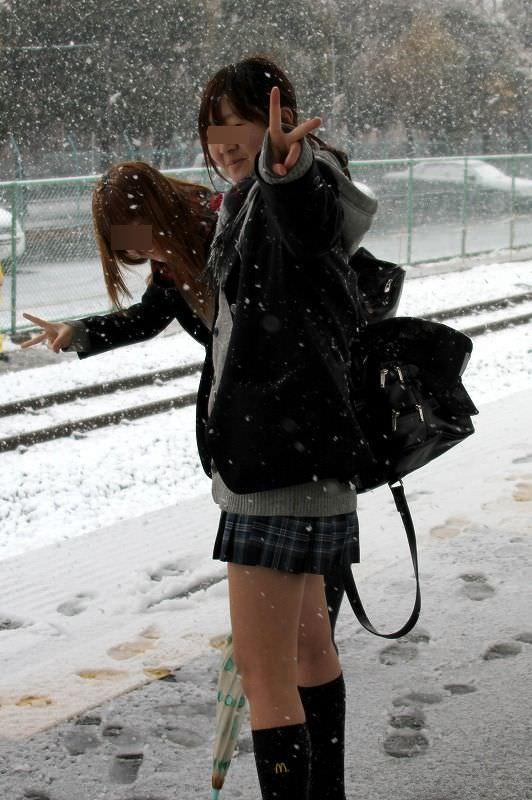 雪が降る寒い日にもミニスカで太もも出して頑張るJK達wwwww Abmm5Tj