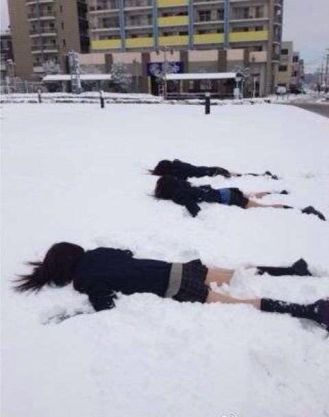 雪が降る寒い日にもミニスカで太もも出して頑張るJK達wwwww EhhrGOz