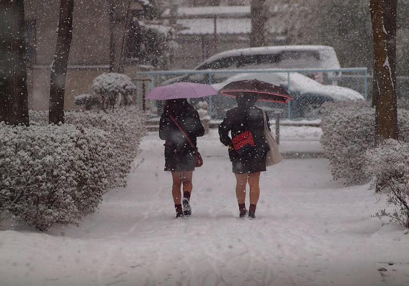 雪が降る寒い日にもミニスカで太もも出して頑張るJK達wwwww Qjszzoy