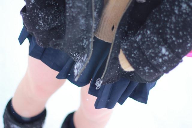 雪が降る寒い日にもミニスカで太もも出して頑張るJK達wwwww jAo0fLk