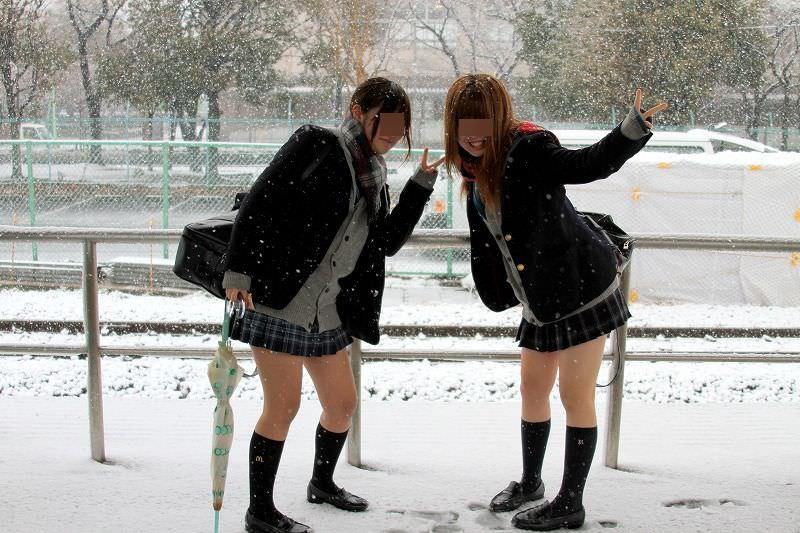 雪が降る寒い日にもミニスカで太もも出して頑張るJK達wwwww mOyzxqv