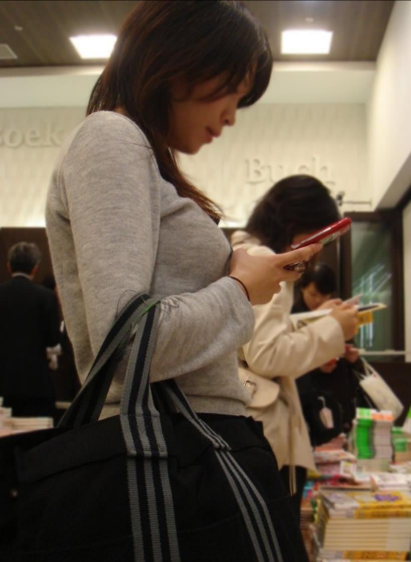 おっぱいの形が丸わかりな素人の着衣おっぱいセーター画像 sirouto knitkyonyu matidori 27003