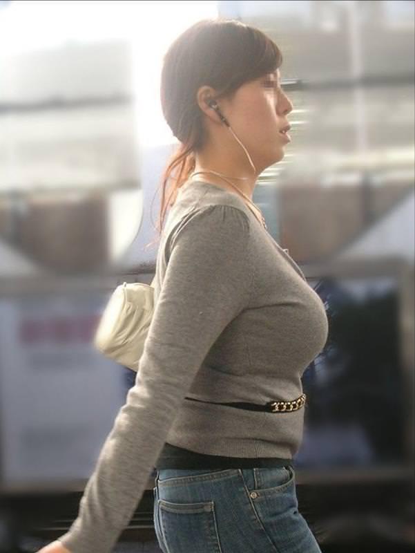 おっぱいの形が丸わかりな素人の着衣おっぱいセーター画像 sirouto knitkyonyu matidori 27011