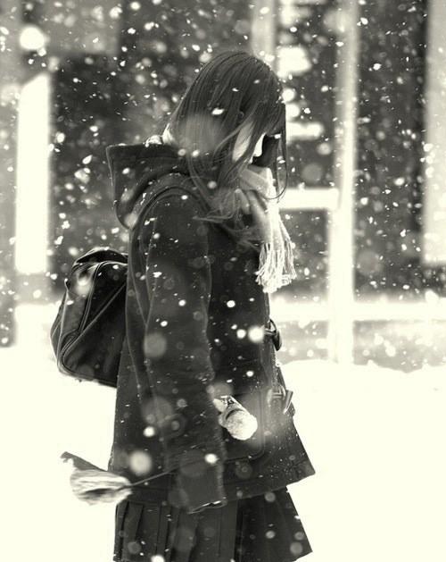 雪が降る寒い日にもミニスカで太もも出して頑張るJK達wwwww w2WMmUb