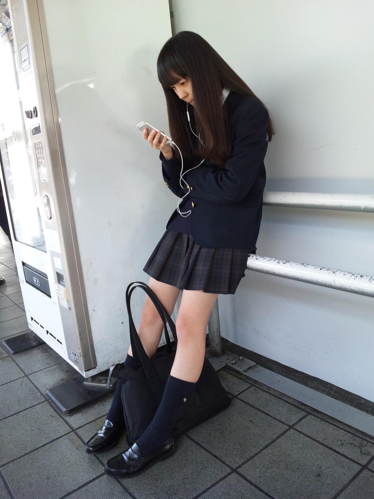 同じ女子高生をバレずに執拗に数枚撮り続けるwwwwwwwww 0AB4ApQ