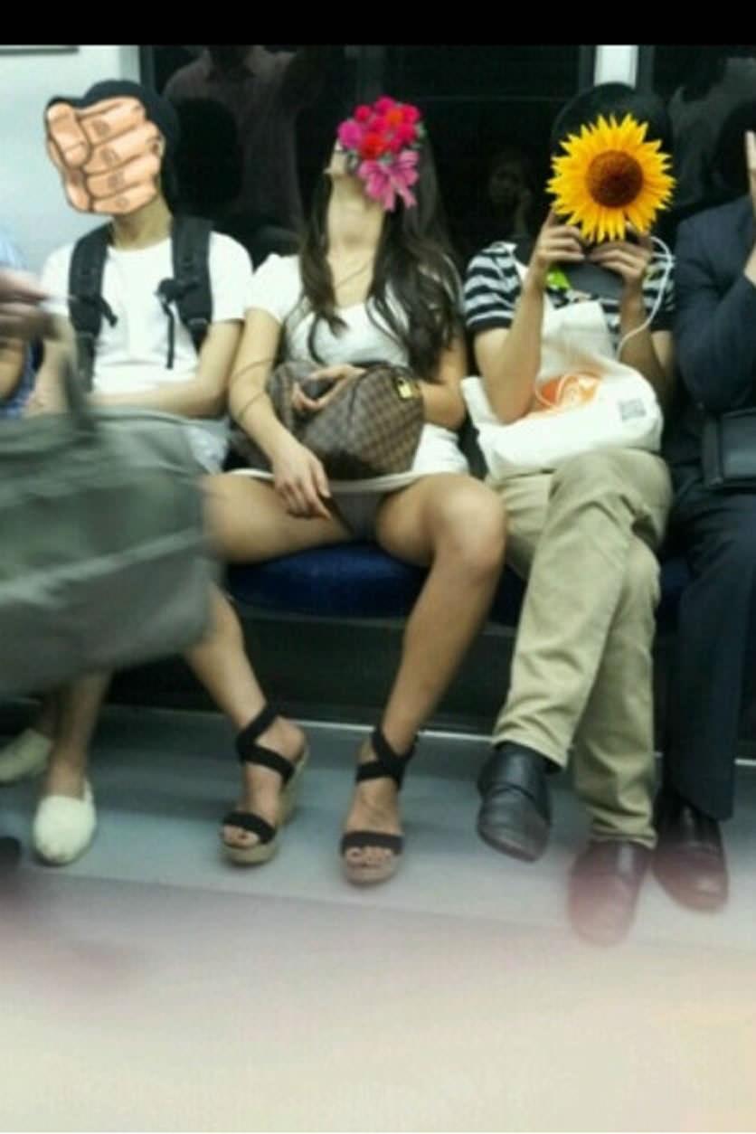 電車内って視線を低くするだけでパンチラ天国だろ!!!パンツモロ見え隠し撮りwwww 1601