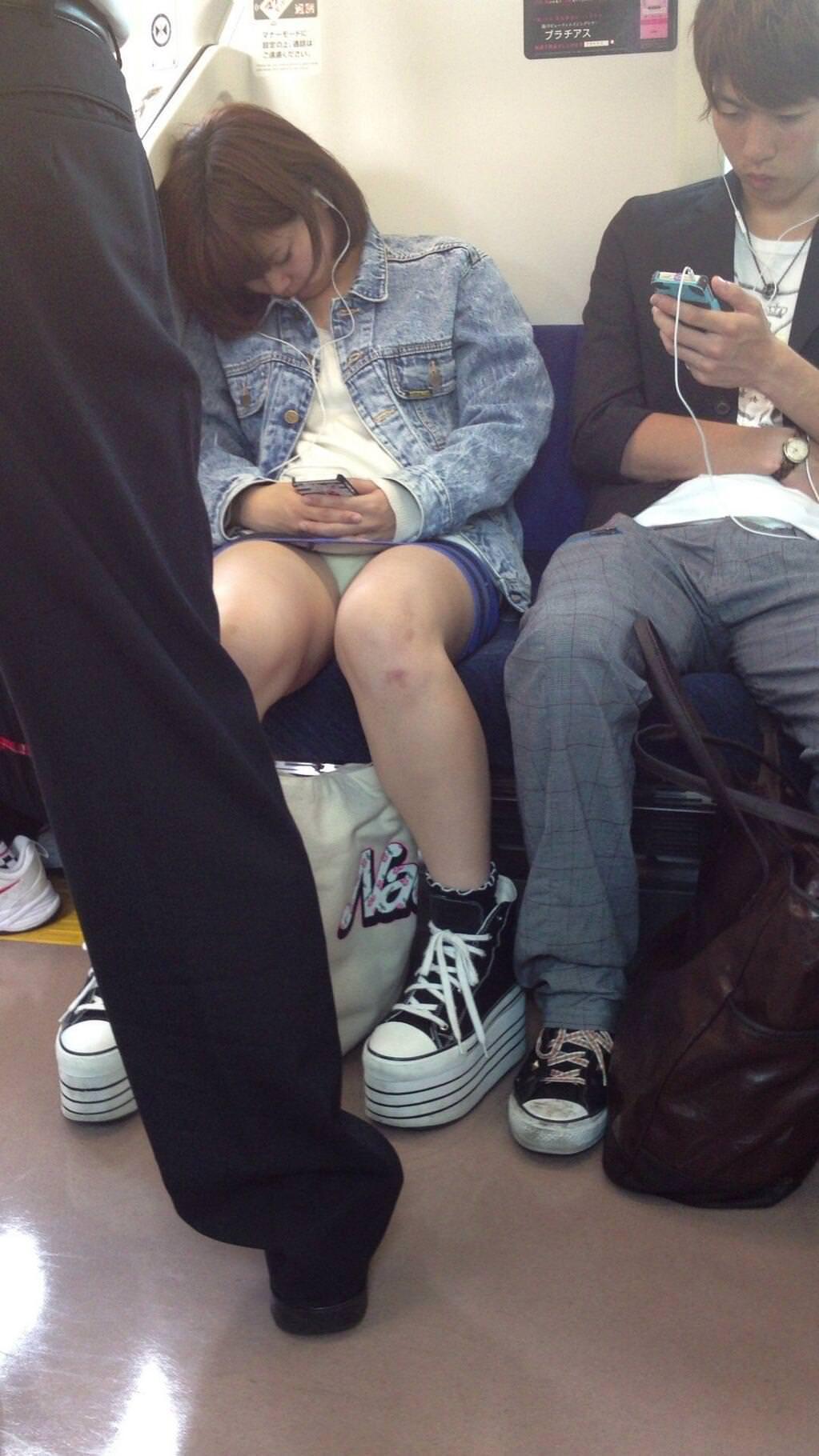 電車内って視線を低くするだけでパンチラ天国だろ!!!パンツモロ見え隠し撮りwwww 1608