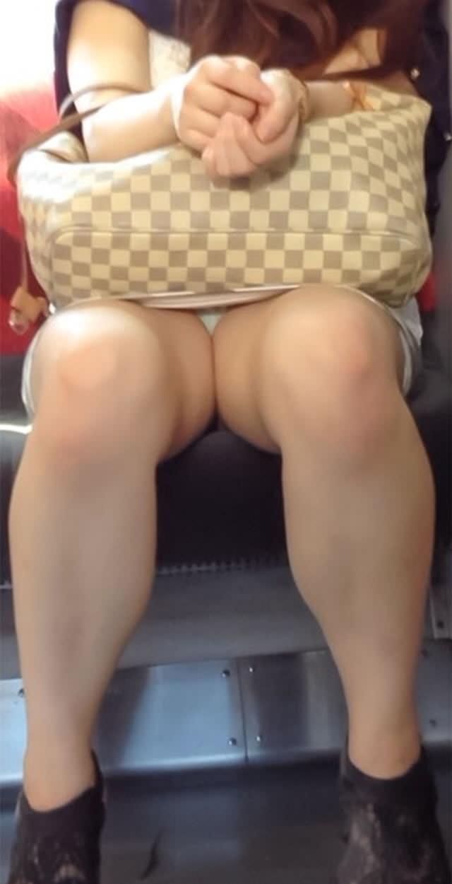 電車内って視線を低くするだけでパンチラ天国だろ!!!パンツモロ見え隠し撮りwwww 1610