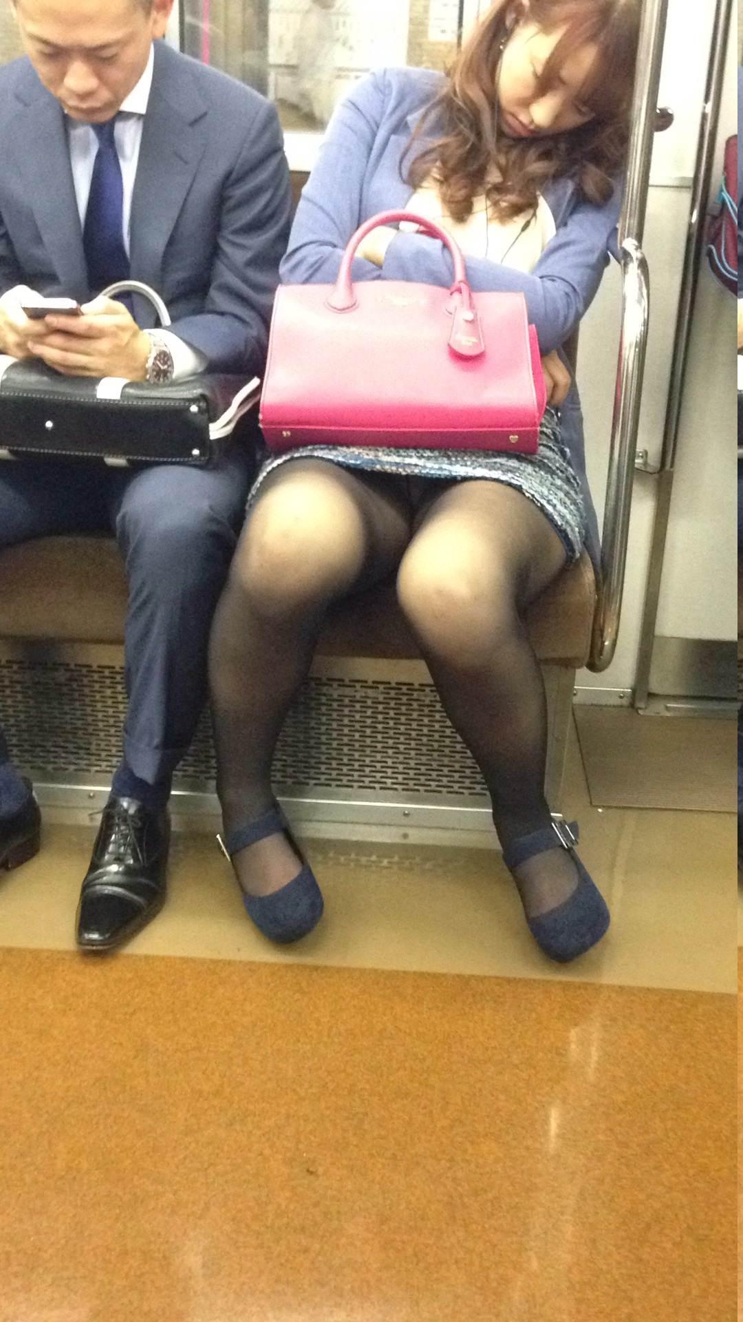 電車内って視線を低くするだけでパンチラ天国だろ!!!パンツモロ見え隠し撮りwwww 1611