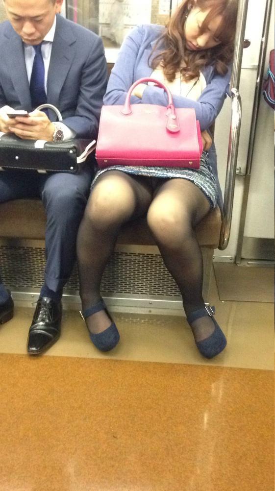 電車内って視線を低くするだけでパンチラ天国だろ!!!パンツモロ見え隠し撮りwwww 1614