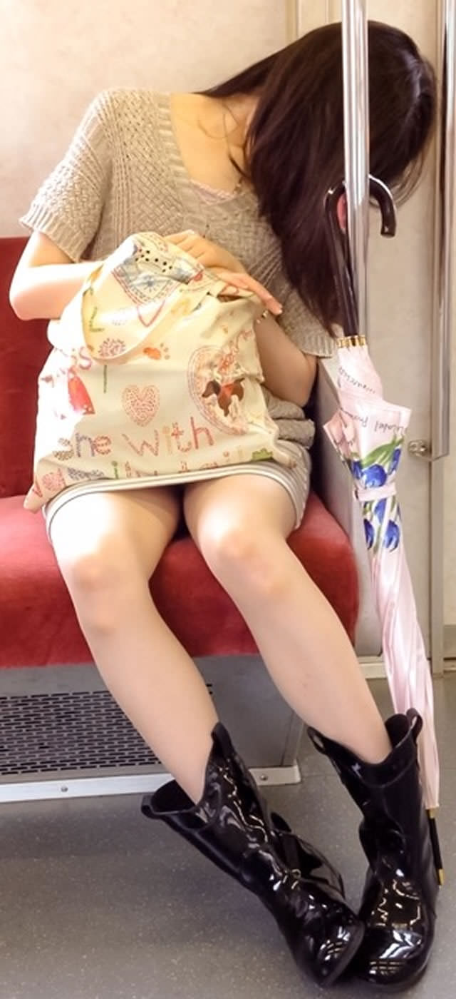 電車内って視線を低くするだけでパンチラ天国だろ!!!パンツモロ見え隠し撮りwwww 1615