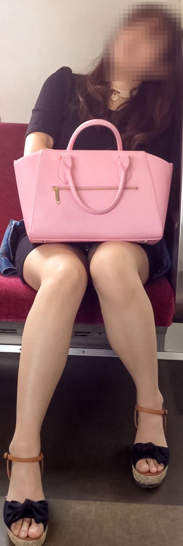 電車内って視線を低くするだけでパンチラ天国だろ!!!パンツモロ見え隠し撮りwwww 1616