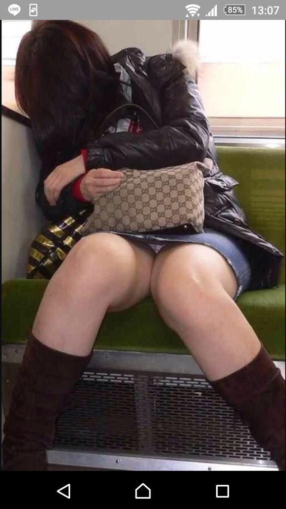 電車内って視線を低くするだけでパンチラ天国だろ!!!パンツモロ見え隠し撮りwwww 1619
