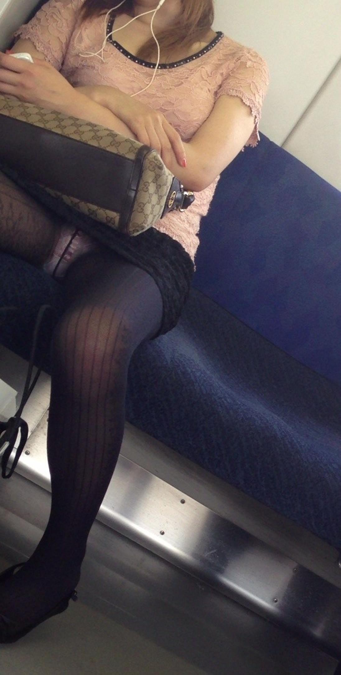 電車内って視線を低くするだけでパンチラ天国だろ!!!パンツモロ見え隠し撮りwwww 1621
