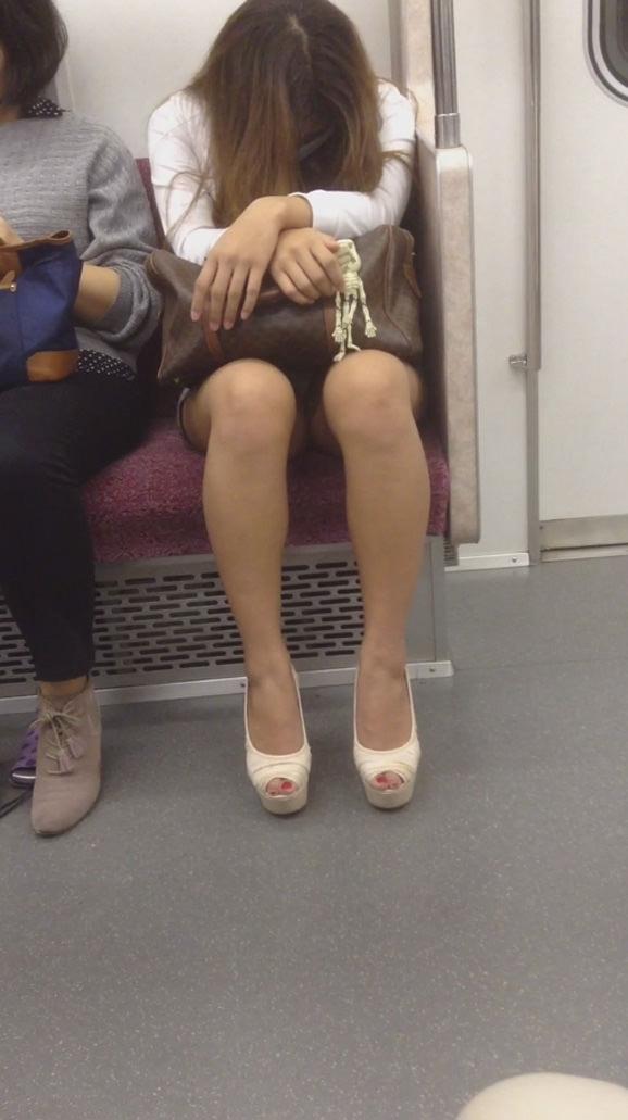 電車内って視線を低くするだけでパンチラ天国だろ!!!パンツモロ見え隠し撮りwwww 1629
