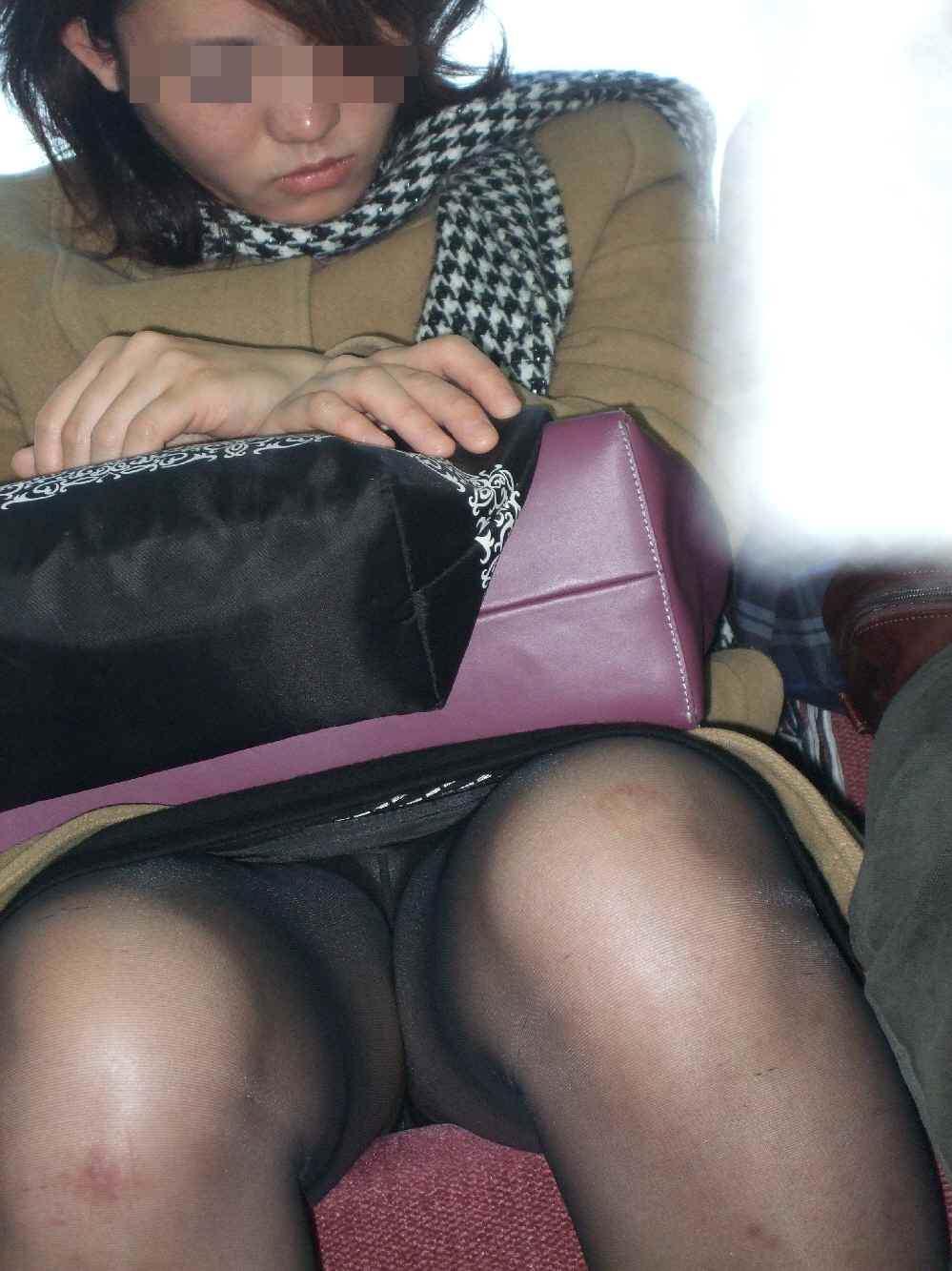 電車内って視線を低くするだけでパンチラ天国だろ!!!パンツモロ見え隠し撮りwwww 1632
