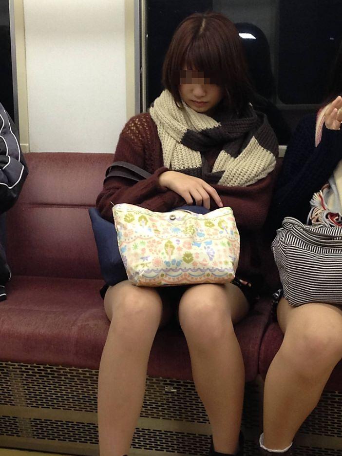 電車内って視線を低くするだけでパンチラ天国だろ!!!パンツモロ見え隠し撮りwwww 1634