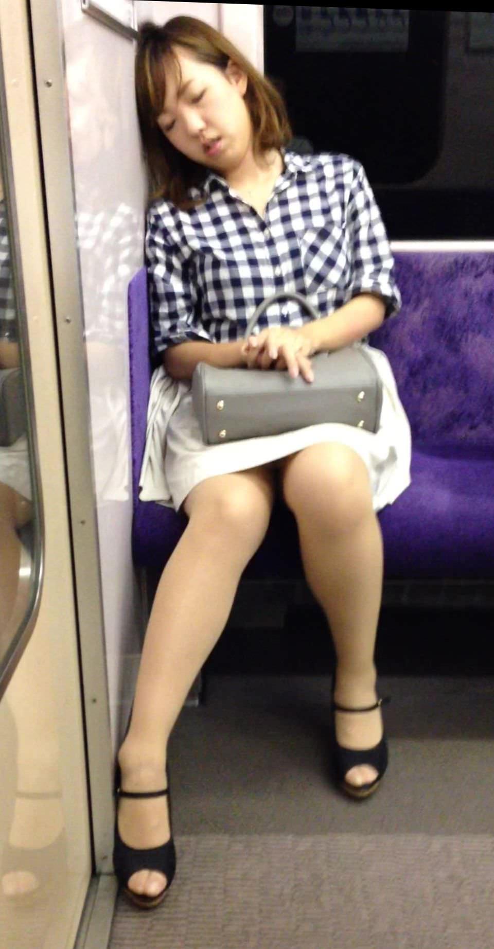 電車内って視線を低くするだけでパンチラ天国だろ!!!パンツモロ見え隠し撮りwwww 1636
